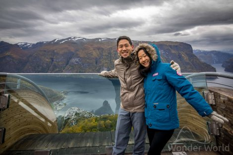 A gente no mirante de Stegastein, com vista para o Fiorde de Aurlandsfjord