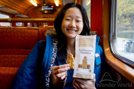 Elina comendo biscoitinhos de Antuerpia, presente da nossa amiga Sylvie