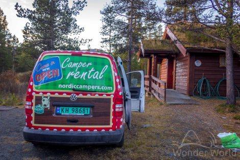 Camp-Site Sjodalen Hyttetun, onde pudémostomar um banho quentinho, fazeruma mega janta num fogão de verdadee lavaras louças numa pia com água quente... que vidão!