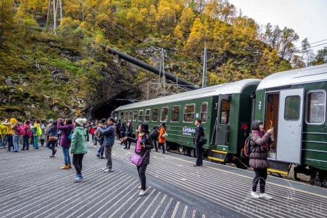 Turistas na parada em Kjofossen