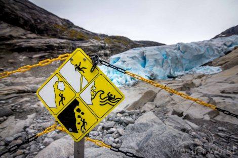 """A """"barreira de proteção"""" em Nigardsbreen parece que fala para o turista: """"Se quiser ir vai, mas se morrer num vem reclamar depois""""... hehehe"""