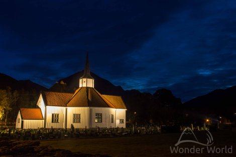 Passando a noite ao lado de uma igrejinha e um cemitério em Tresfjorden.