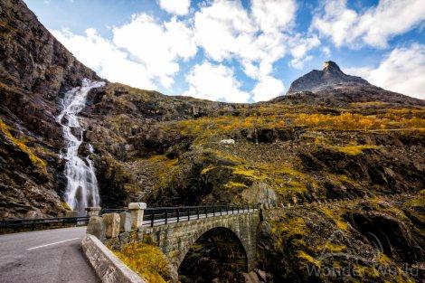 Cachoeira Stigfossen, cortando a estrada Trollstigen