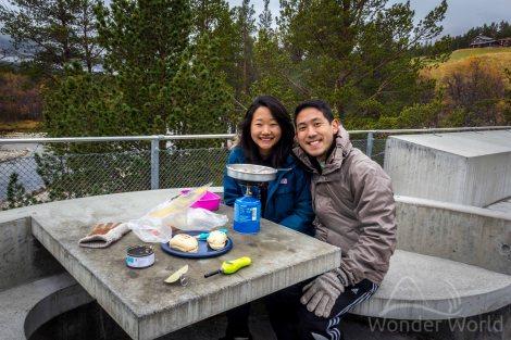 A gente almoçando em Strømbu, uma das portas de entrada para as trilhas da região