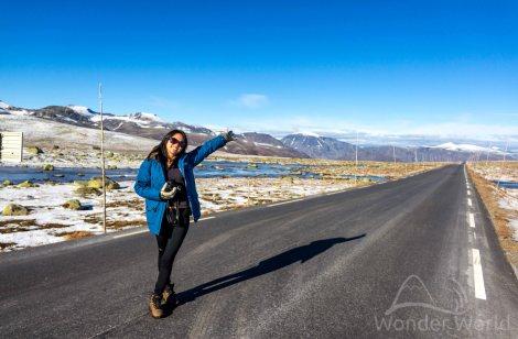 Elina na estrada de Valdresflye