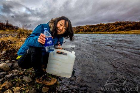 Elina pegando água no Rio Hvita