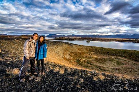 Um das pseudo-crateras de Skútustaðir, com o lago Myvatn ao fundo