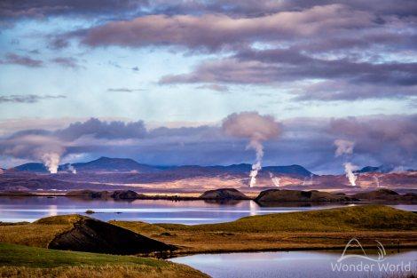 Vista de Skútustaðir, com o lago Myvatn e o vapor das águas termais