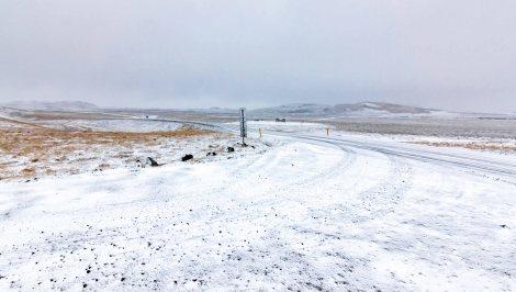 A neve chegou, deixando a estrada toda branca